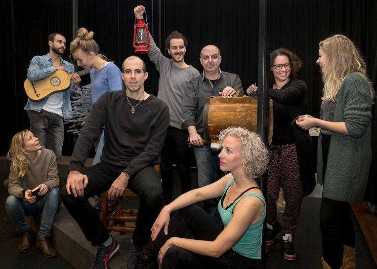 De cast van 'Bloedbroeders' met op de stoel initiatiefnemer Ara Halici en rechts achter hem regisseur Șaban Ol (in overhemd). Beeld Patrick Post