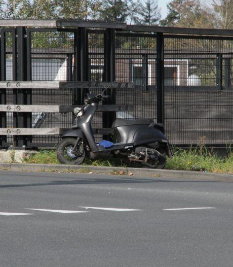 Scooterbestuurster gewond na ongeluk in Almelo