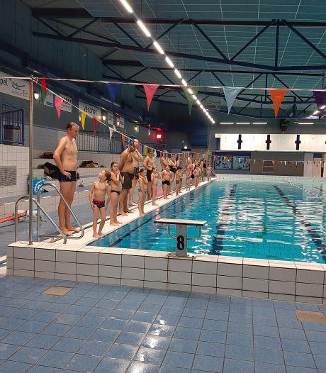 Ouders zwemmen mee voor diploma A: kijken mag niet, meezwemmen wel