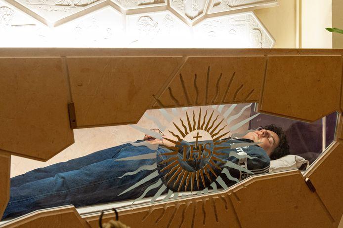 Het lichaam van Carlo Acutis (1991-2006) is na zijn overlijden gebalsemd. Op 1 oktober werd het graf geopend. Heel wat gelovigen kwamen bidden bij het opgebaarde lichaam in de basiliek van Assisi.
