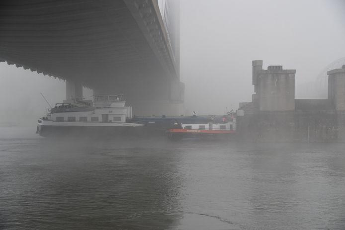 Een tanker botste tegen een van de pijlers van de brug