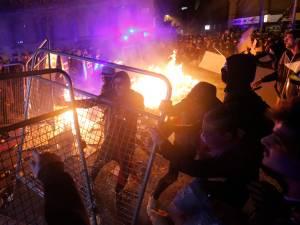 Chaos à Barcelone, déchirée entre manifestants pro-indépendantistes catalans et policiers