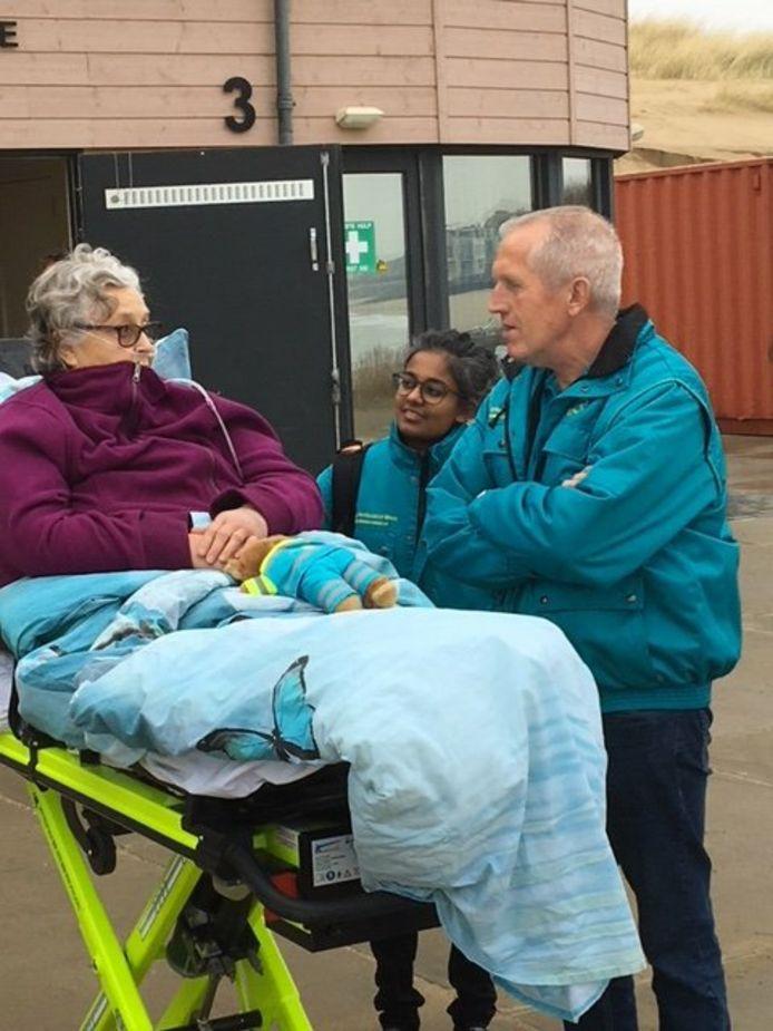 Inge Alders (links) met vrijwilligers van de stichting Ambulancewens.
