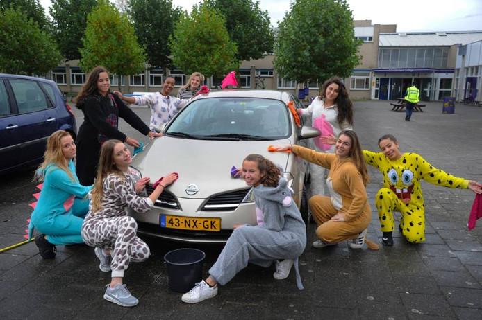 Een deel van de 4mavo-klas Duits van juf Jaschenska van Doorn (bij linkerportier, tweede van achteren) wast auto's.