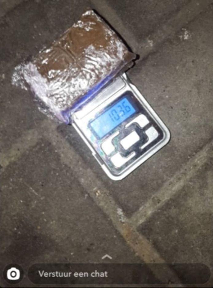 Ils postent également sur les réseaux des photos de pacsons de drogue sur des balances de précision.