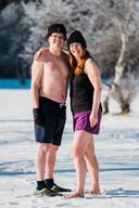 Roel Oomen uit Liessel en Ingrid Graff uit Veldhoven doen de ijstriathlon in zwemkleding.