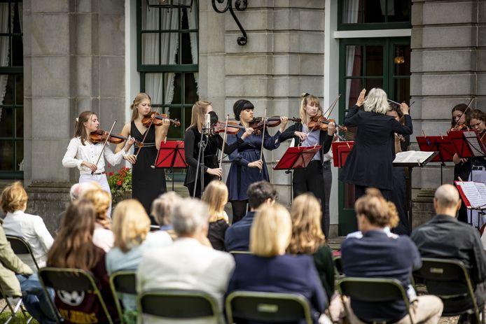 TZaterdagmiddag woonden 100 bezoekers het optreden van het Britten Jeugd Strijkorkest bij.