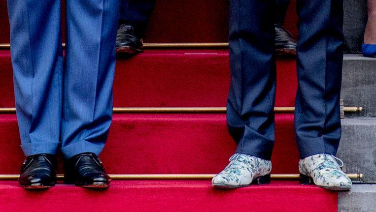 De schoenen van koning Willem-Alexander en vicepremier Hugo de Jonge tijdens de groepsfoto op het bordes. Beeld anp