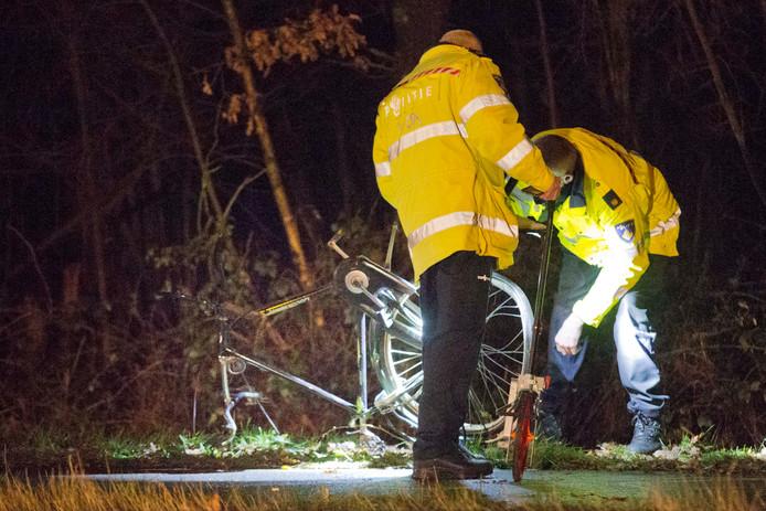 Onderzoek op een plaats waar een ongeluk met een fietser gebeurde