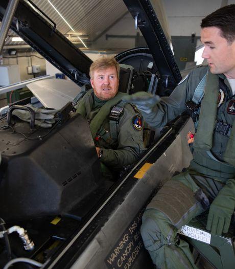Koning Willem-Alexander bezoekt vliegbasis Volkel en neemt deel aan een trainingsmissie