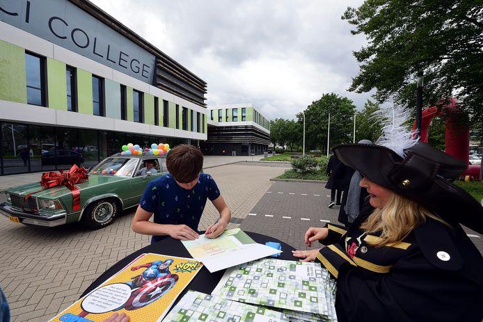 Marijn van der Wegen stapte even uit de auto van zijn vader om zijn diploma te tekenen.