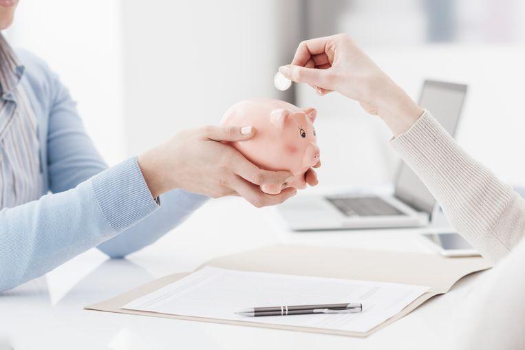 Financieel expert Michaël Van Droogenbroeck rekent uit wanneer pensioensparen via de werkgever interessant is.