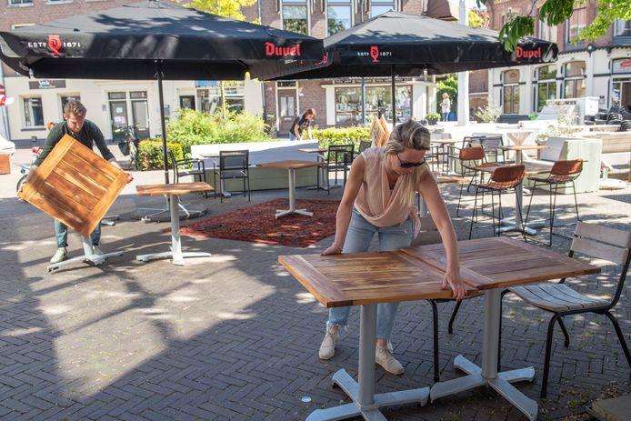 Wijnbar OAK in Zwolle richt een terras in waar gasten op 1,5 meter afstand van elkaar zitten.