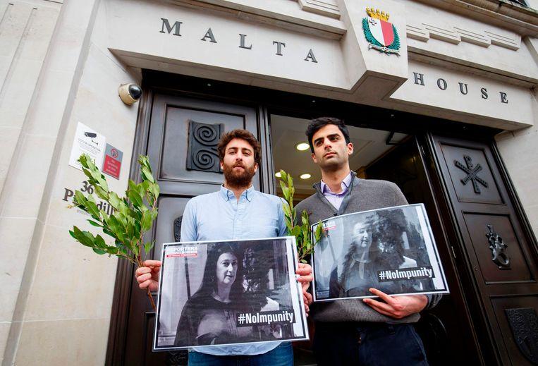 Matthew Caruana Galizia (l) en Paul Caruana Galizia, zonen van de vermoorde journalist Daphne Caruana Galizia, bij een diplomatieke post van Malta in Londen, in april. Beeld AFP