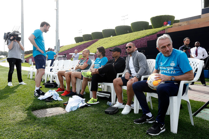 Vlnr: Mark van Bommel, Arjen Robben, John de Jong, Nigel de Jong, Wesley Sneijder en Bert van Marwijk.