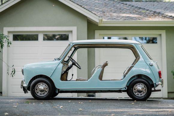Een Mini zonder deuren en met rieten stoelen heeft een recordbedrag opgebracht tijdens een veiling.