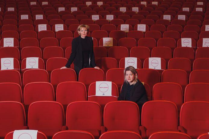 Directeur Hilda Vliegenthart (links) en adjunct-directeur Colinda Vergouwen proberen zo positief mogelijk een heel zware tijd door te komen.  Alleen de stoelen met een wit vel mogen gebruikt worden.