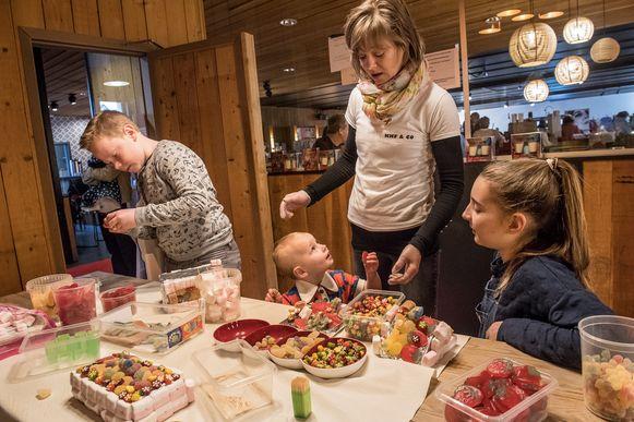 Cindy Wielfaert maakt snoeptaarten samen met Stan, Janne en Stella