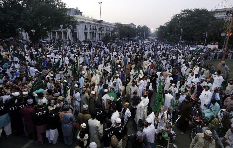 Aanhangers van de islamitische partij Tehreek-e-Labbaik Pakistan protesteren tegen de vrijlating van Asia Bibi. Beeld EPA