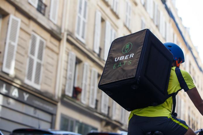bace56ddb5fc9e Een Uber-koerier zoals die vanaf vandaag ook in het Utrechtse straatbeeld  zijn terug te