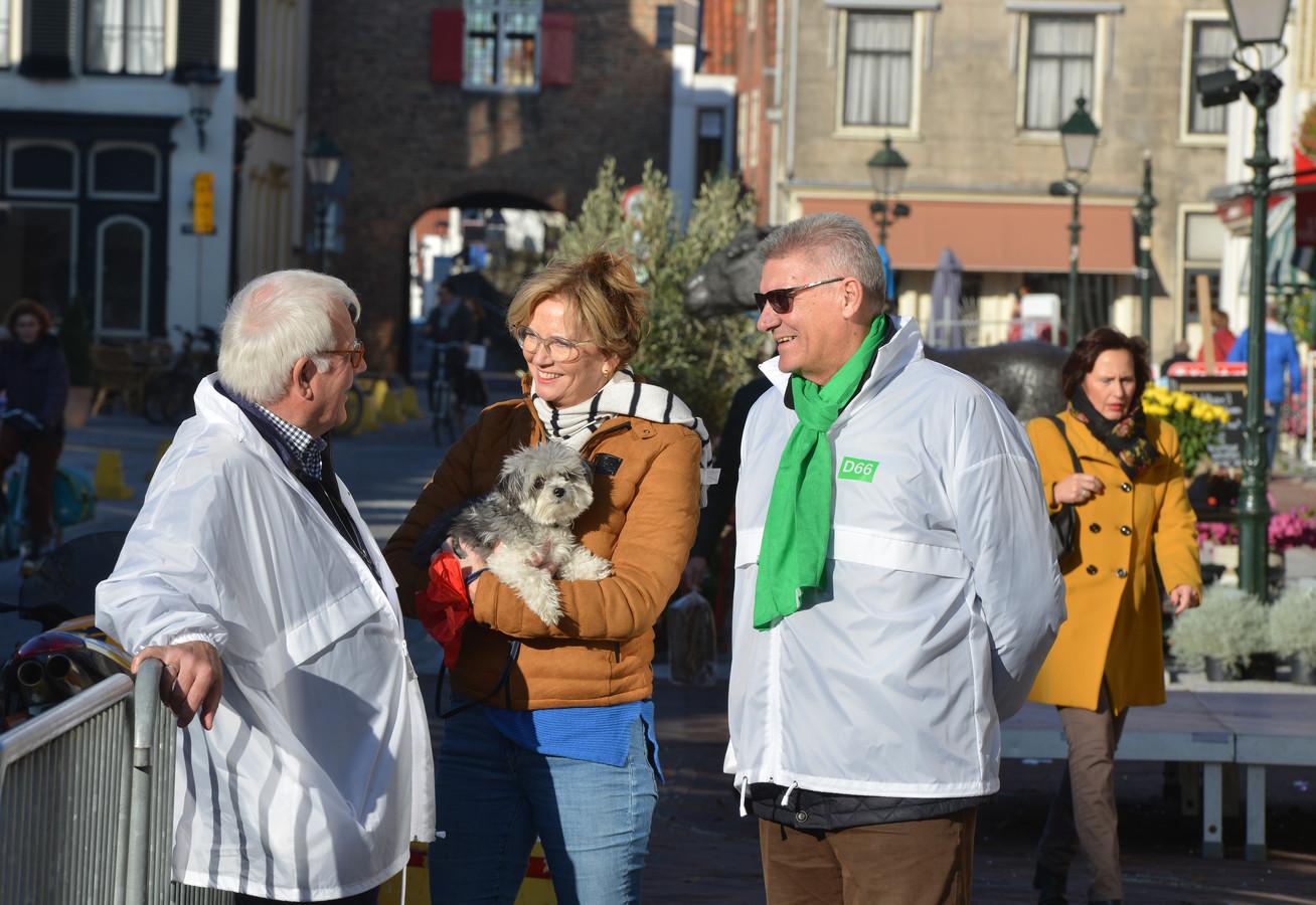 Harry van Tilburg (links) tijdens de verkiezingscampagne