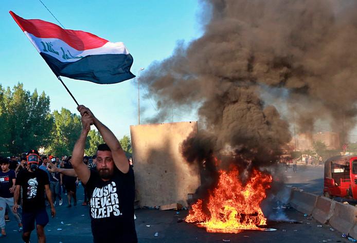 Anti-regeringsbetogers stichten brand en werpen blokkades op in Bagdad.