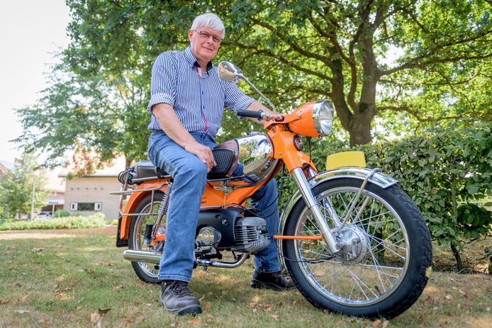 Jan Wolbert is 50 jaar in dienst bij Loohuis in Saasveld. In de beginjaren ging hij op een Kreidler als deze langs de deur bij boeren.