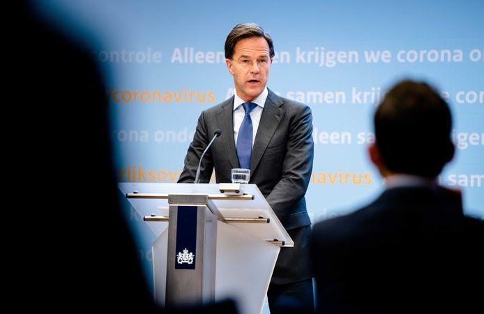 Premier Mark Rutte en Minister Hugo de Jonge van Volksgezondheid, Welzijn en Sport (CDA) tijdens een persconferentie na afloop van een overleg van de Ministeriële Commissie Crisisbeheersing (MCCb) over het coronavirus.