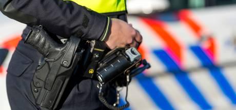 Politie haalt onschuldige verdachten met getrokken pistool uit auto in Amersfoort