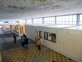 Tijdelijk dorp met 'WoonBoxen' neemt intrek in leegstaand gebouw in Molenbeek