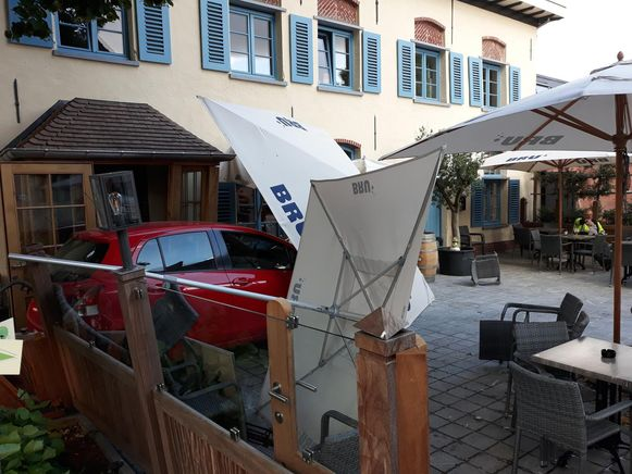 Auto Rijdt In Op Terras Van Brasserie Bornem Regio Hln