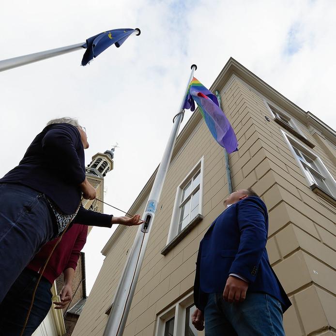 Hijsen regenboogvlag naast het Raadhuis op de Markt in Roosendaal door wethouder Klaar Koenraad met Björn Rommens en Rick Davis. Foto pix4profs/petervantrijen