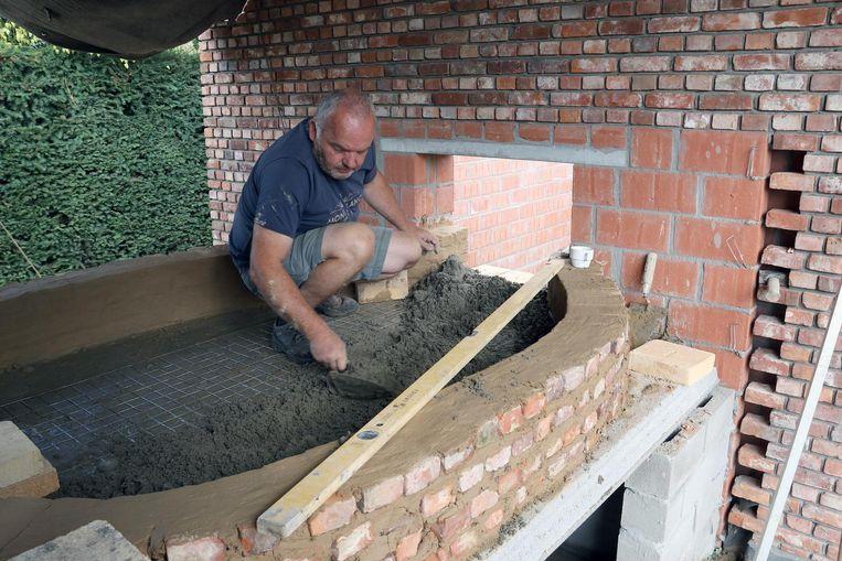 Godfried Van Craenendonck aan het werk aan de bakoven.