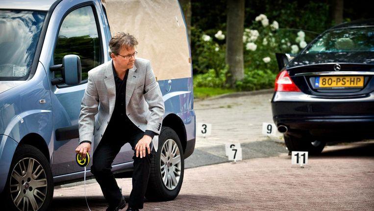 Rechters en advocaten kijken in Osdorp op de plek waar op 2 november 2005 drugs- en vastgoedhandelaar Kees Houtman werd geliquideerd. Beeld ANP