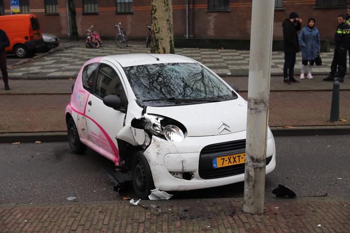 Automobilist botst op paal op Wouwermanstraat in Den Haag.