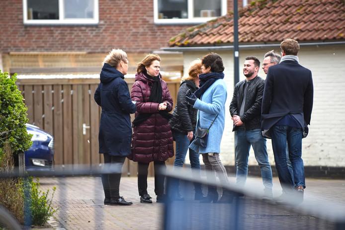 Minister Cora van Nieuwenhuizen (tweede van links) gaat op straat met initiatiefnemers van Buurtpreventie Breda in gesprek.