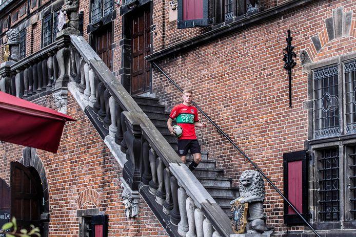 Jellert van Landschoot daalt de trappen af van De Waag op de Grote Markt.