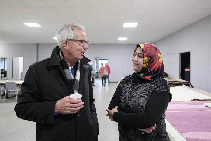 Burgemeester Thijs van Beem bezoekt open dag moskee in Winterswijk.