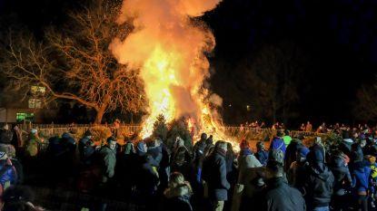 Kerstboomverbranding dreigt vliegtuigen te hinderen: brandweer blust feestje vroegtijdig