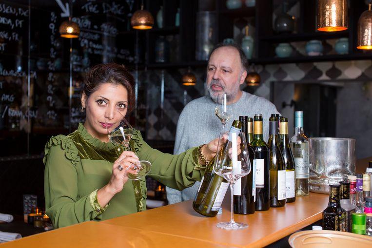 Een overvol of een te warm glas wijn? Een echte wijnkenner zal je er niet mee betrappen. Met deze regels drink je wijn zoals het hoort: op de juiste temperatuur, zonder kurksmaak en uit een perfect gevuld glas.