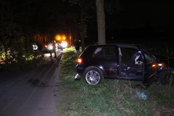 De auto kwam na botsing met de boom in de berm terecht.