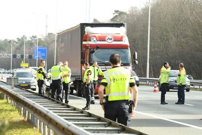 Twee van de drie rijstroken van de A28 zijn na het ongeval afgesloten. De politie onderzoekt wat er is gebeurd.
