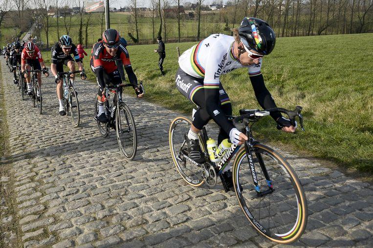 Wereldkampioen Sagan (rechts) en Greg van Avermaet met in hun wiel Luke Rowe en Tiesj Benoot tijdens de Omloop Het Nieuwsblad. Beeld belga