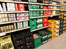 Man wil drie halve liters bier stelen bij Albert Heijn, agent die met andere diefstal bezig is betrapt hem