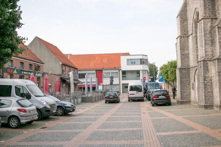 Het dorpsplein van Belsele, tussen de kerk en de cafés.