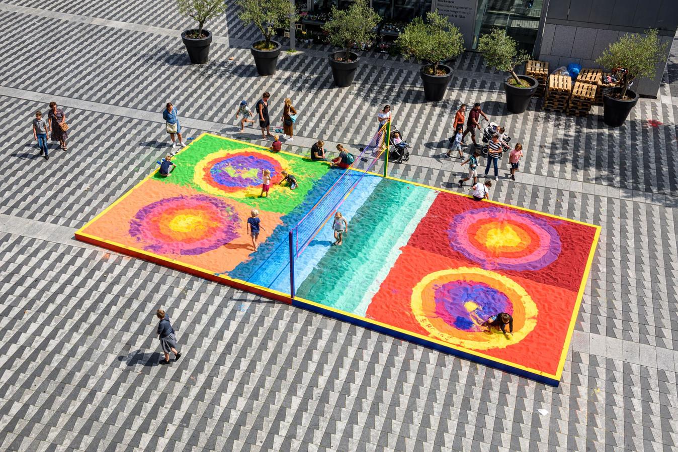 De kleurrijke zandbak van het Pieter Vreedeplein moet leeg.