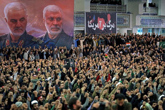 La foule au sermon de l'ayatollah Khamenei, devant des posters de Soleimani, éliminé par les États-Unis
