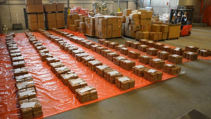 Overzicht van de vondst van 2900 kilo in de Waalhaven in Rotterdam. Het gaat om de twee na grootste cocaïnevangst ooit in Rotterdam gedaan.