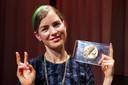 Hanna Hoekstra van Toneelgroep Oostpool met haar Theo d'Or, de toneelprijs voor de meest indrukwekkende dragende vrouwenrol.