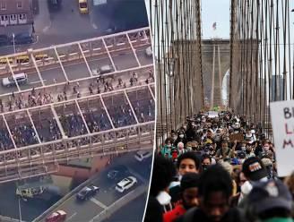 Tienduizenden rouwenden stappen over iconische Brooklyn Bridge New York tijdens herdenking George Floyd, protesten gaan door na avondklok